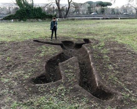 Goliath, 800x300x30cm, Site specific installation in Ostia Antica, Ph Ela Bialkowska, OKNOstudio
